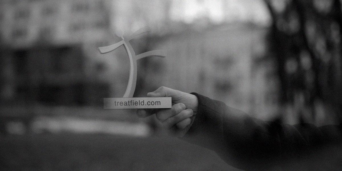 Рука держит тритфилд