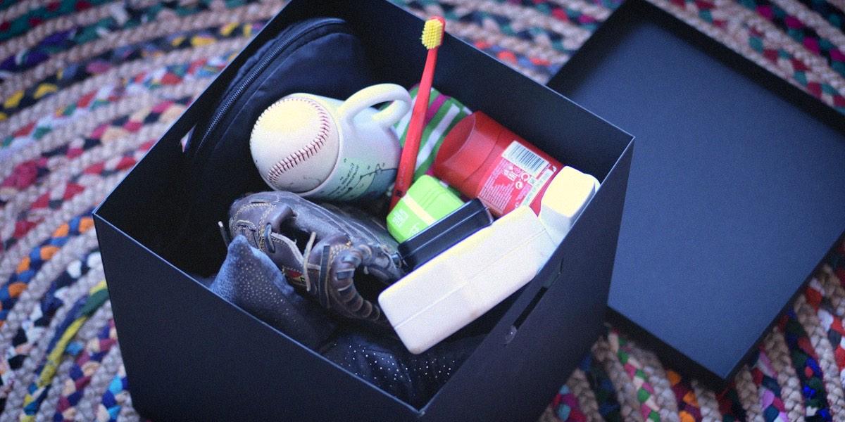 мяч, зубная щетка в коробке