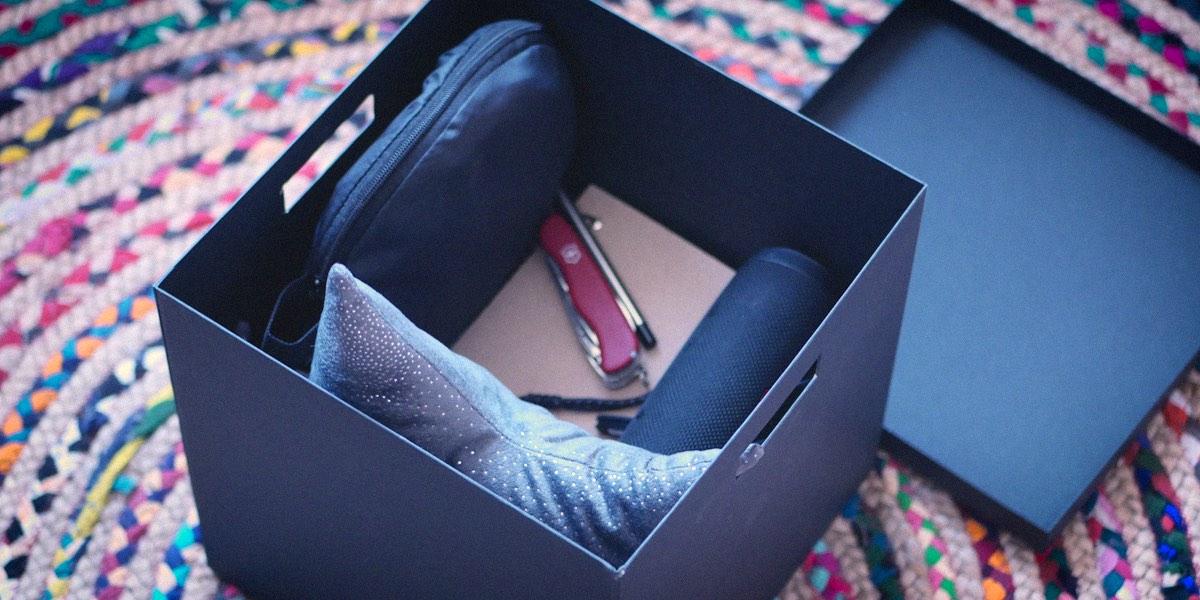 подушка, нож в коробке