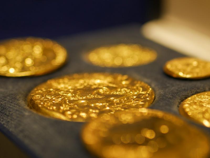 золотые монеты.