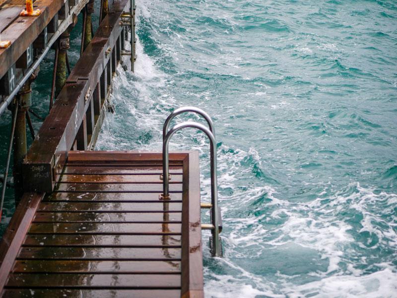 Океан, вода, лестница
